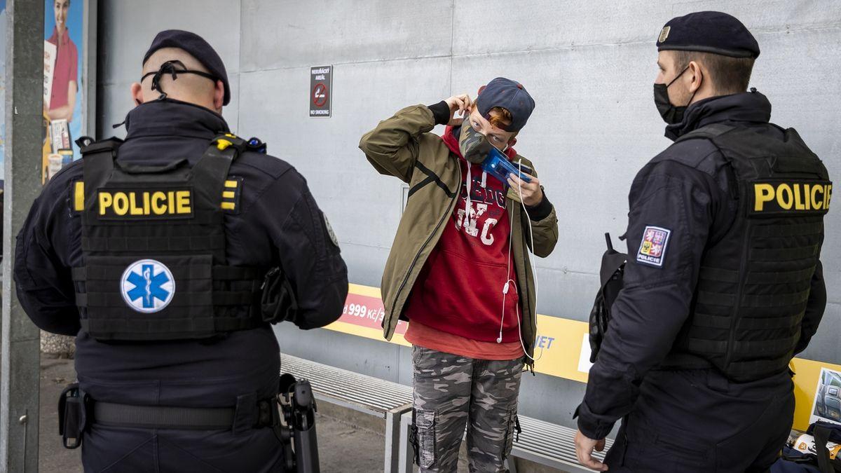 Roušky se nosí, policii stačí domluva