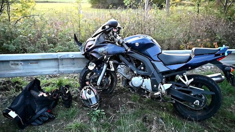 Ranní provoz na D1 u Šlapanic komplikovala nehoda auta a motorky