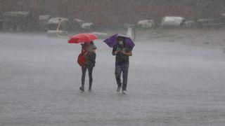 Česko zasáhnou silné bouřky s krupobitím a intenzivní deště, varovali meteorologové