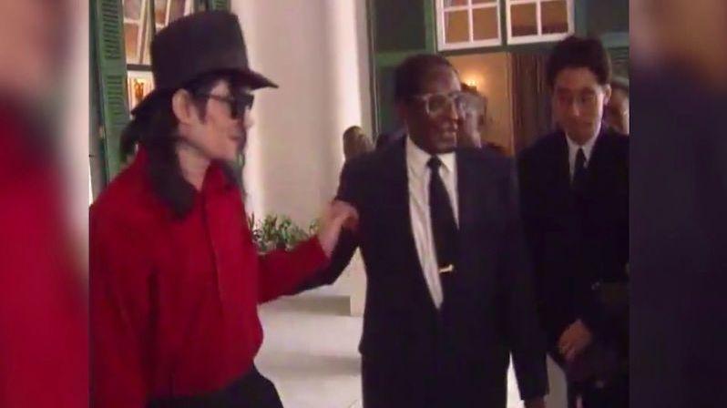 Na veřejnost unikly záběry z tajné schůzky Krále popu s africkým diktátorem