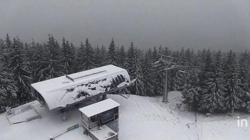 Červenohorské sedlo pokryl první sníh, policie musela silnici uzavřít