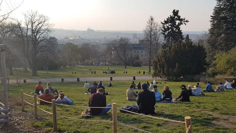 Lidé vyrazili do přírody i do parků, ne vždy dodržovali nařízení