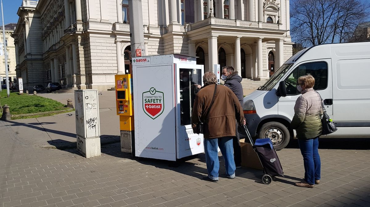 O automaty na roušky měli lidé v Brně okamžitě zájem