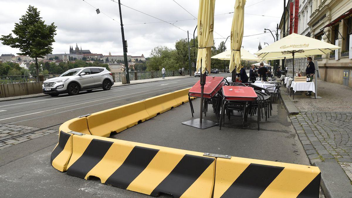 Smetanovo nábřeží se ve směru od Národního divadla autům uzavřelo. Kvůli zahrádkám