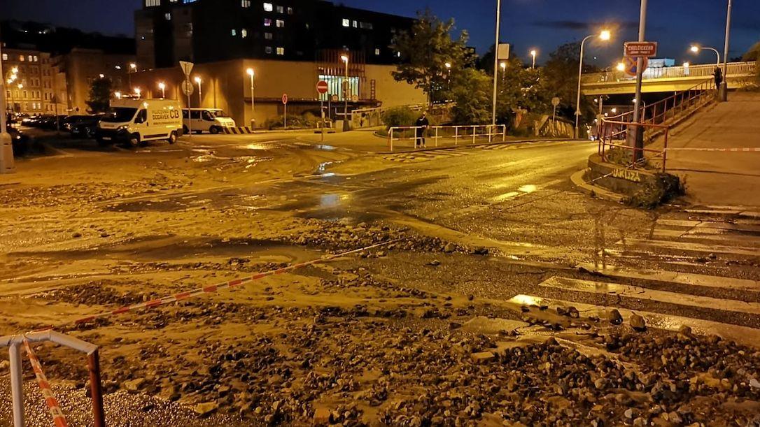 Voda z prasklého vodovodu zaplavila ulice v Praze