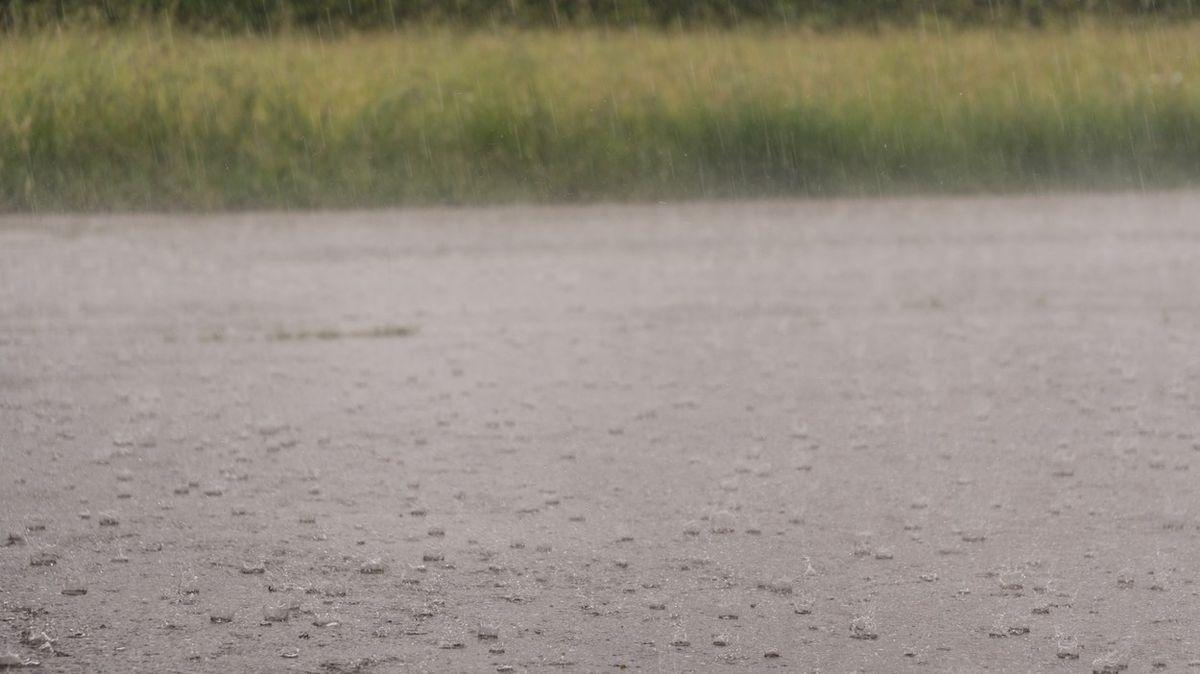 Nánosy bláta z polí, zatopené sklepy, popadané stromy. Částí Česka prošly bouřky