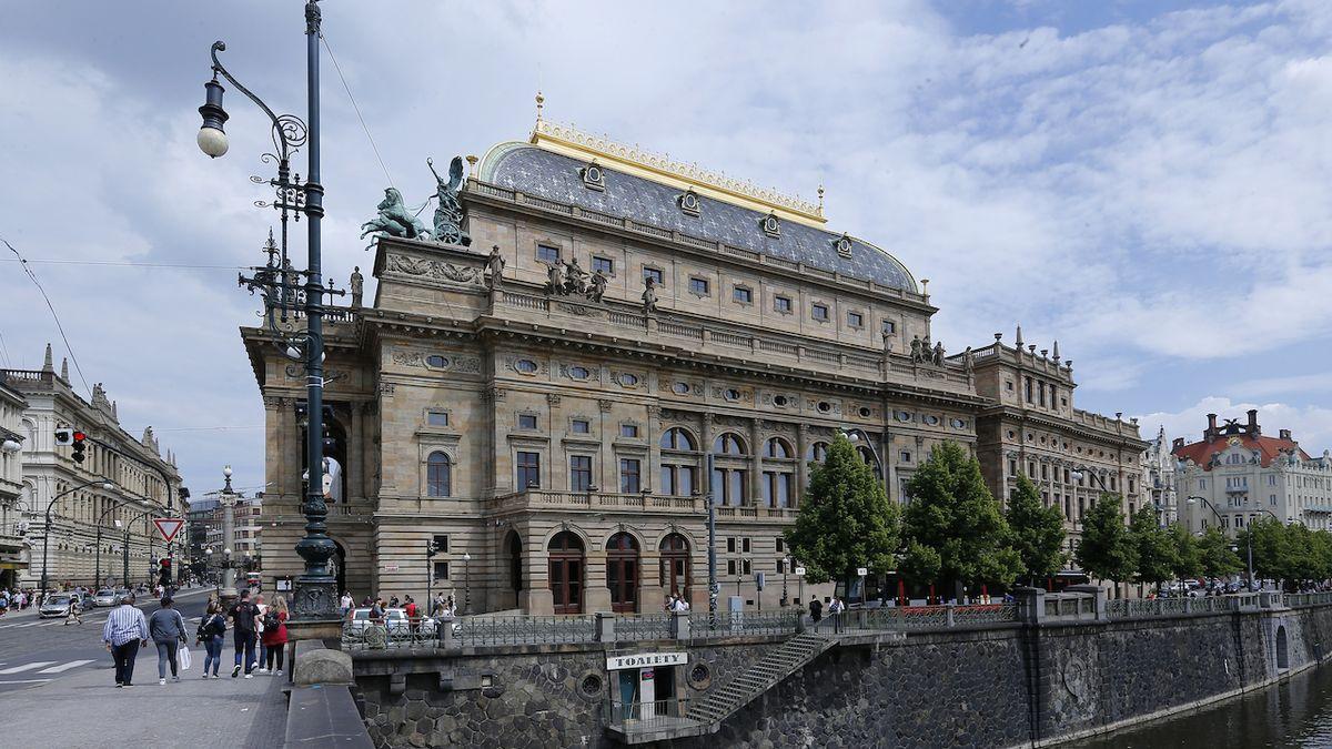 Hasiči připomněli požár Národního divadla, vzplálo před 140 lety