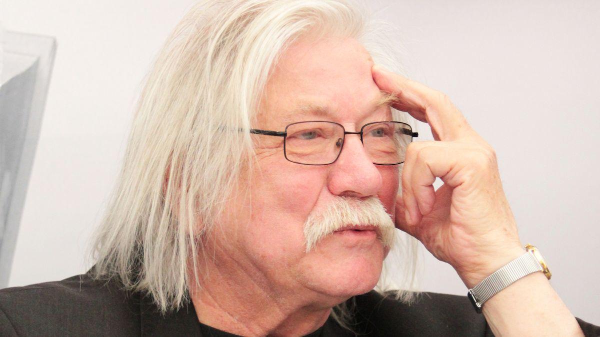 Josef Fousek si v knize fejetonů a básní pouští pusu na špacír s nadhledem