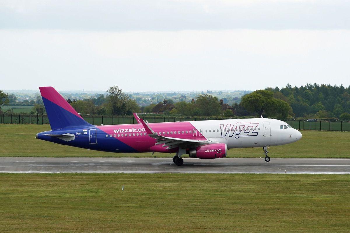 Airbus A320 společnosti Wizz Air vzlétá z letiště v britském Lutonu. Ilustrační snímek