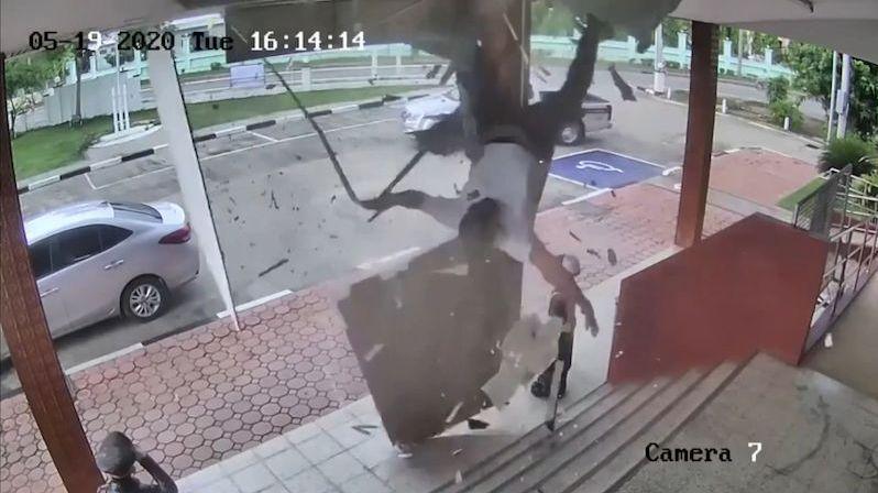Dřív než stihl narovnat vlajky, propadl se policista střechou