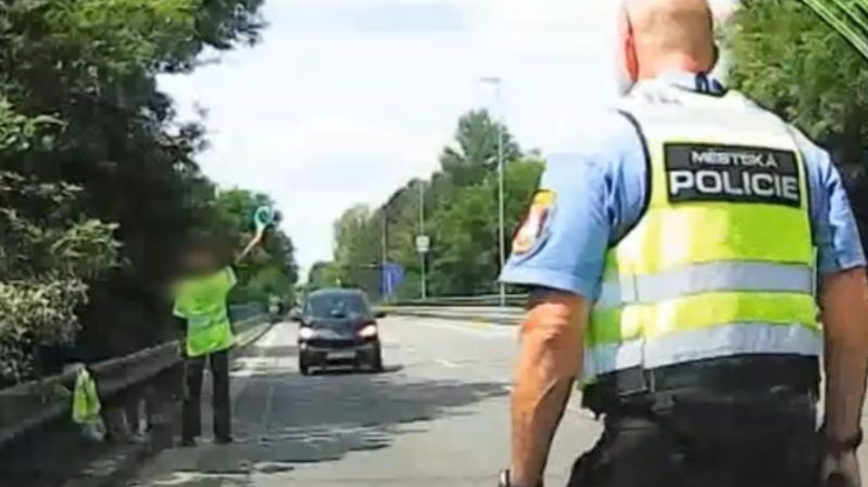 Kličkující opilou řidičku našla policie na Brněnsku díky vytvořené koloně
