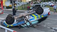 Policejní auto v Praze po nehodě skončilo nastřeše