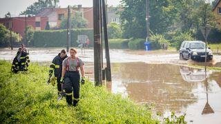 Silné bouřky, kroupy, vichr, rozvodněné řeky. Meteorologové vydali výstrahu
