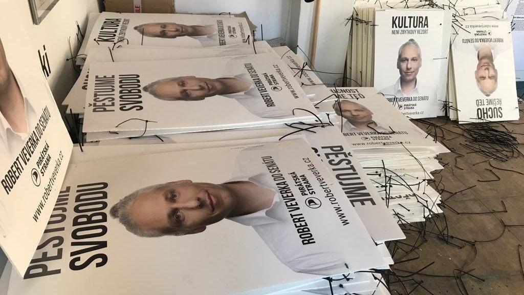 Pirátský kandidát do Senátu oblepil Prahu plakáty. Musel je sundat, podle DPP jde o černou reklamu