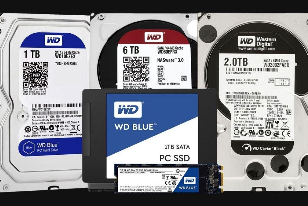 Porovnání klasických pevných disků (v pozadí) s SSD jednotkami.
