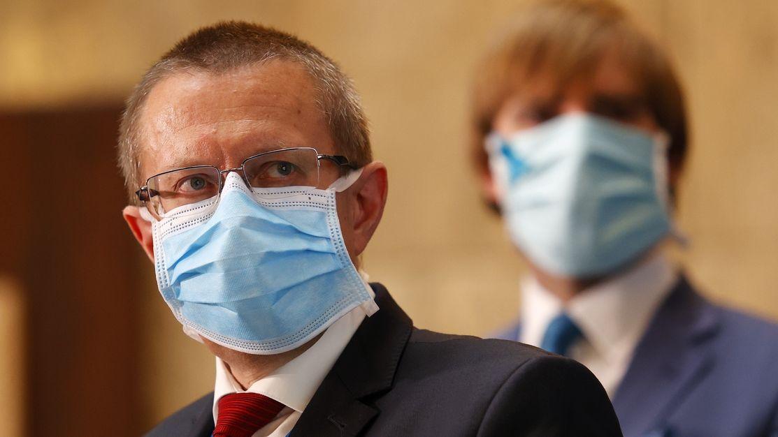 Koronavirus má i šéf ÚZIS. Babiš měl při schůzce respirátor a do karantény nemusí