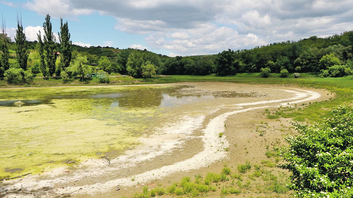 Někde jsou povodně, jinde vyschly rybníky