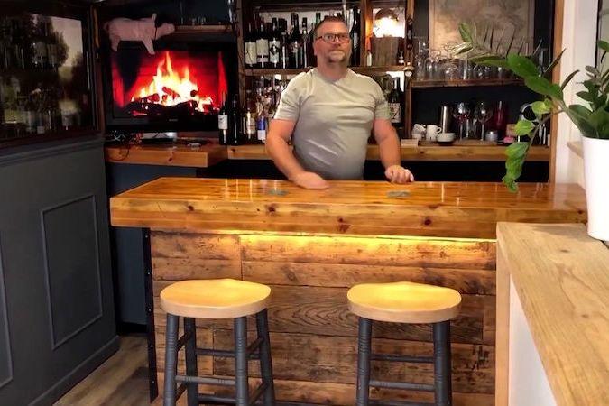 BEZ KOMENTÁŘE: Pár si vybudoval doma za falešnou zdí tajný bar