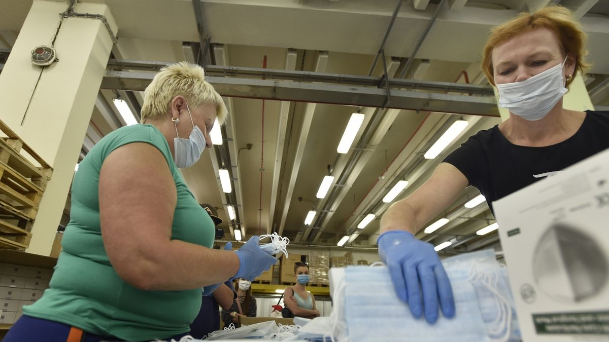 SÚKL: Pošta rozesíláním rozbalených roušek porušila zákon