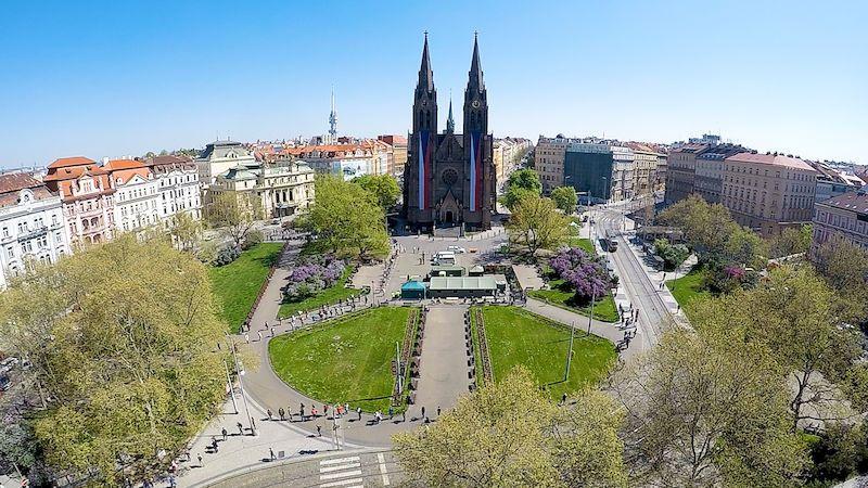 Časosběrné video z testování na koronavirus na pražském náměstí Míru