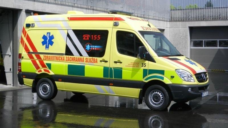 Auto v Ostravě srazilo dva lidi. Patnáctiletá dívka byla v bezvědomí