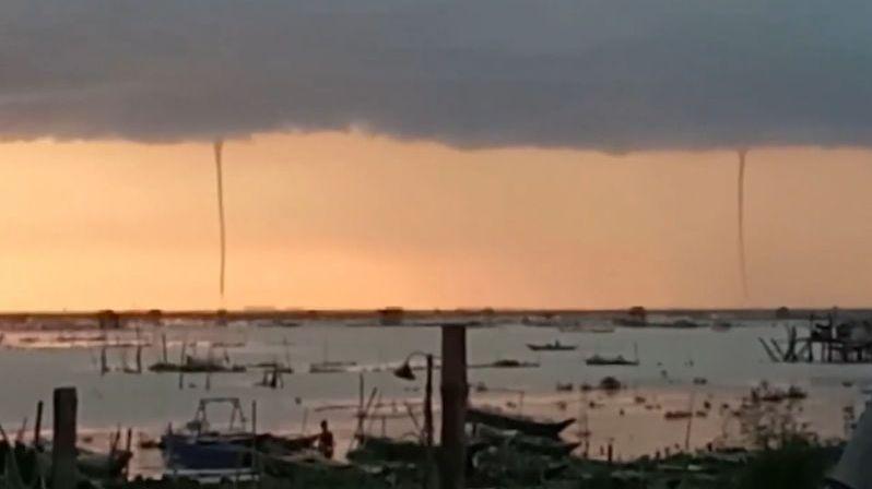 Při západu slunce na Filipínách byly spatřeny hned tři vodní sloupy