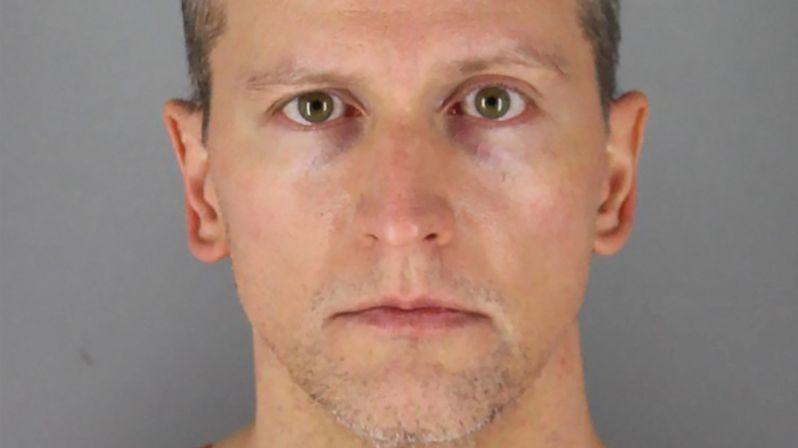 Policejní expert: Bělošský policista použil proti Floydovi smrtící sílu