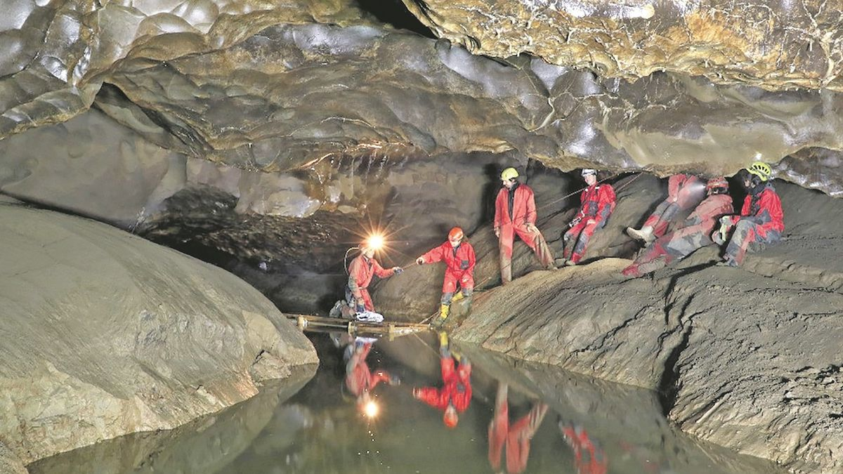 Na podzemním jezeře opravili hydrologům vor