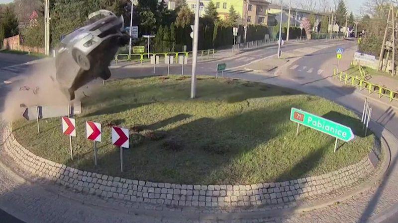 Řidič proměnil své vozidlo na kruhovém objezdu v neřízenou raketu