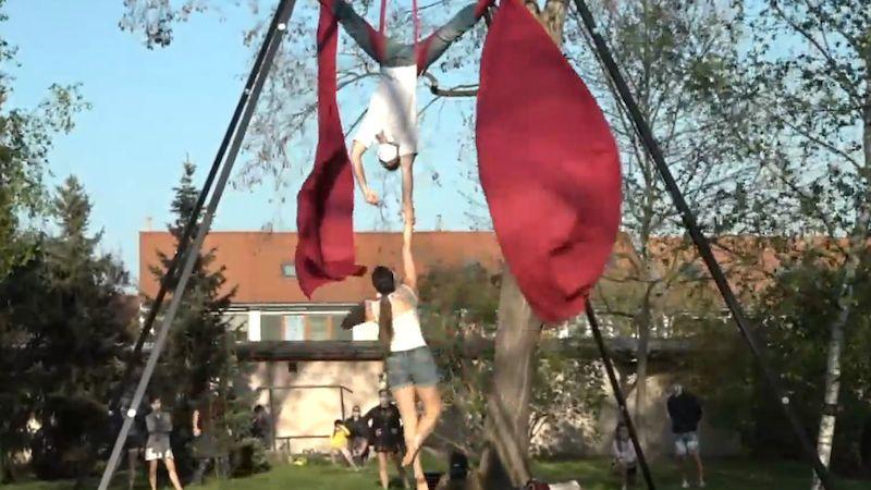Kultura pod vašimi okny: Vychutnejte si akrobatické vystoupení deseti artistů