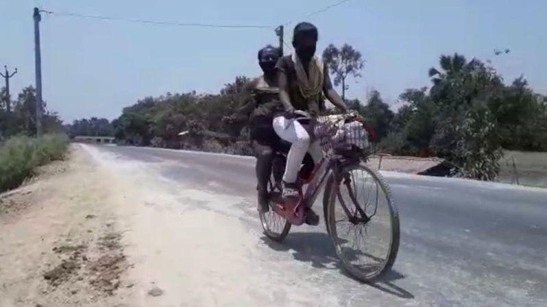 Dívka vezla zraněného otce na kole 1200 kilometrů, dostala nabídku od cyklistického svazu
