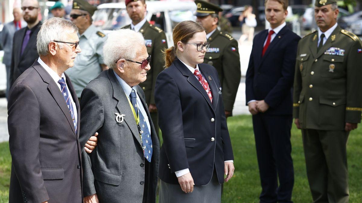 Válečný veterán Lom vrátil Zemanovi pamětní list