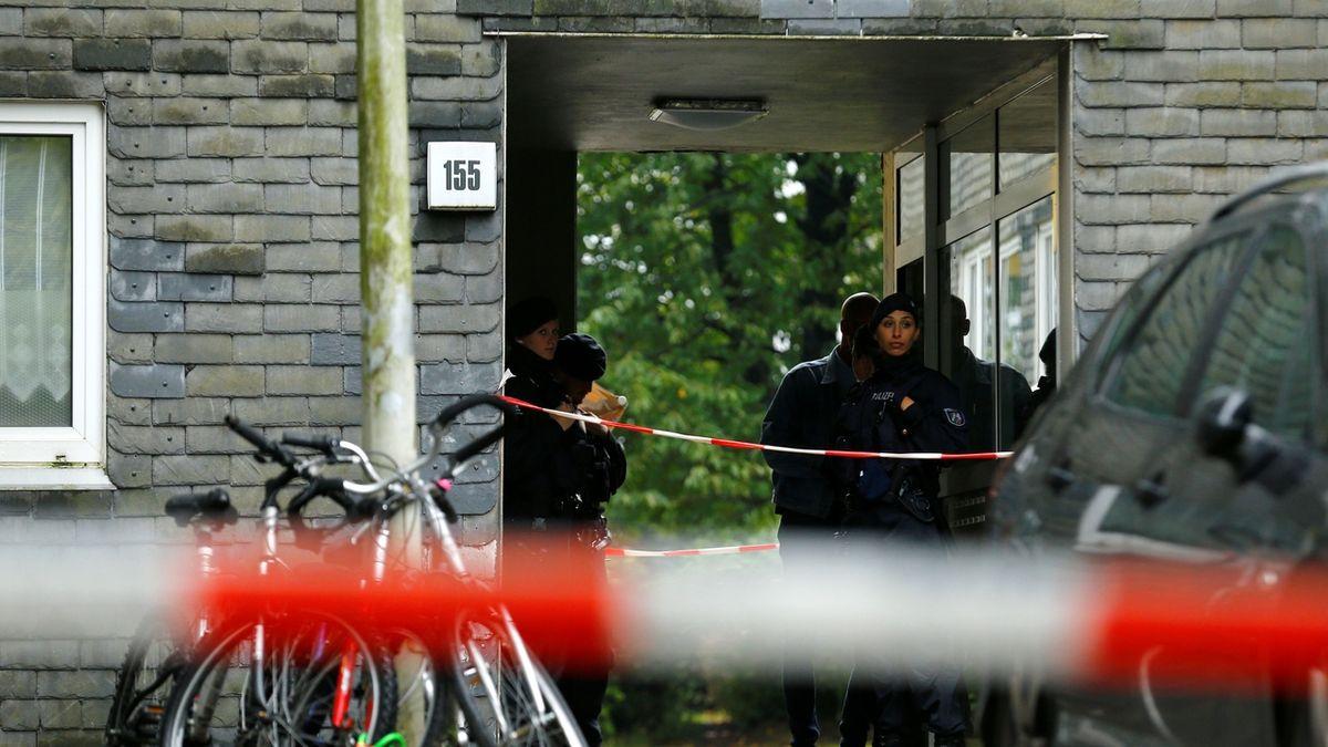 Patnáctiletá dívka v Německu pobodala ženu do krku a ukradla jí kabelku