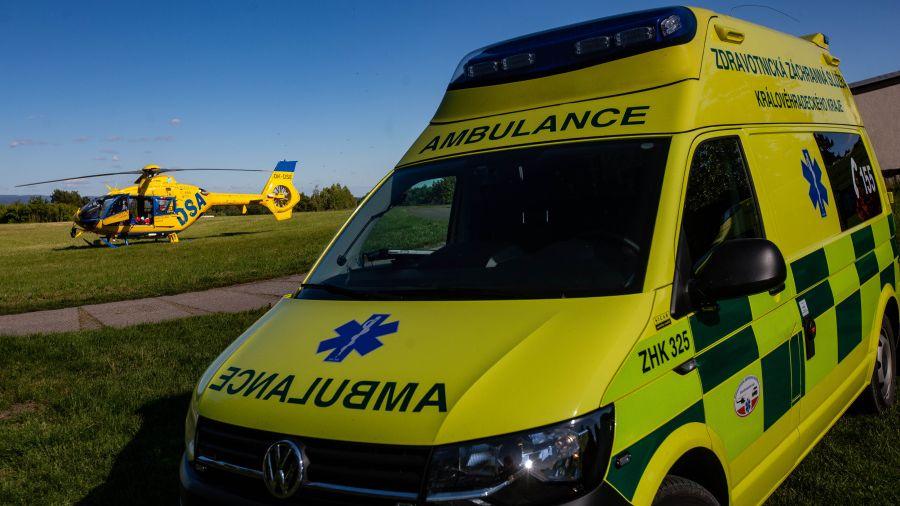 Řidič na Rychnovsku přehlédl houkající sanitku, při srážce se těžce zranilo dítě