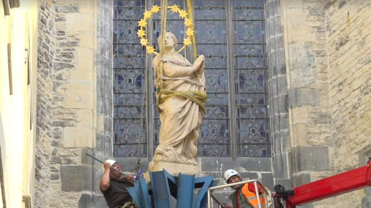 Na pražské Staroměstské náměstí se vrátil mariánský sloup