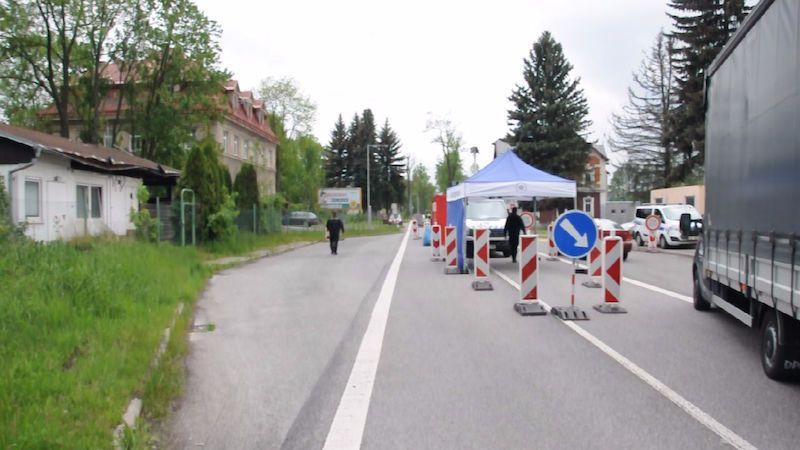 Policisté česko-polskou hranici do soboty neopustí