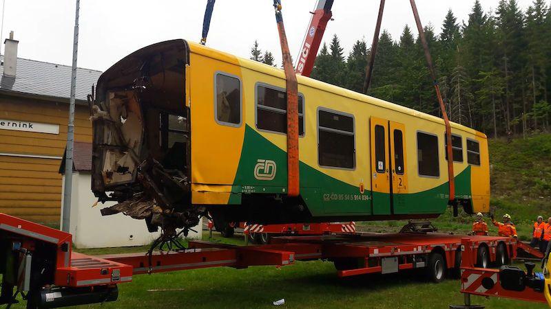 Zničenou část vlaku z Perninku odvezli do šrotu. Elektroniku mašiny už stačil někdo sebrat