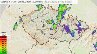 Česko zasáhly silné bouřky s lijáky, pokračovat mají i v pondělí
