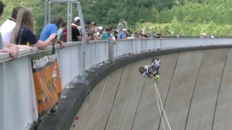 Rakušan skočil bungee jump na skútru ze 131metrové přehrady