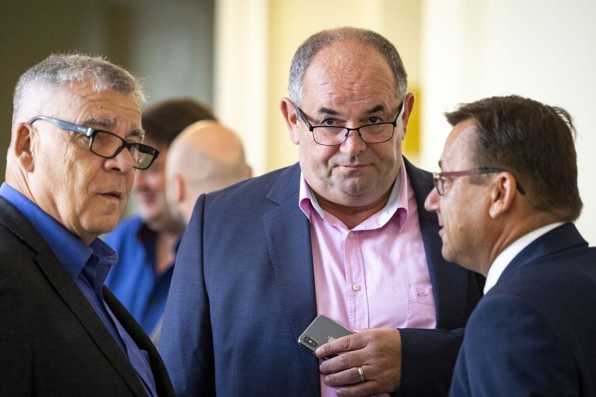 Miroslav Pelta (uprostřed) před začátkem jednání Městského soudu v Praze