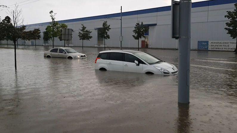 Prudký liják proměnil silnici v Plzni v obří lagunu, uvízla v ní auta