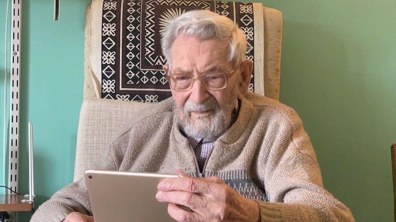 111letý muž si posteskl, že ho koronavirus připravil o narozeninovou oslavu