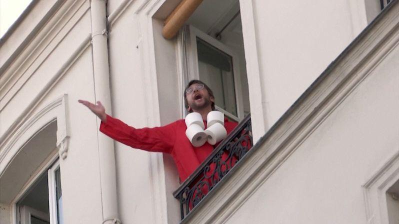 Pařížané v izolaci hrají v oknech kvízy