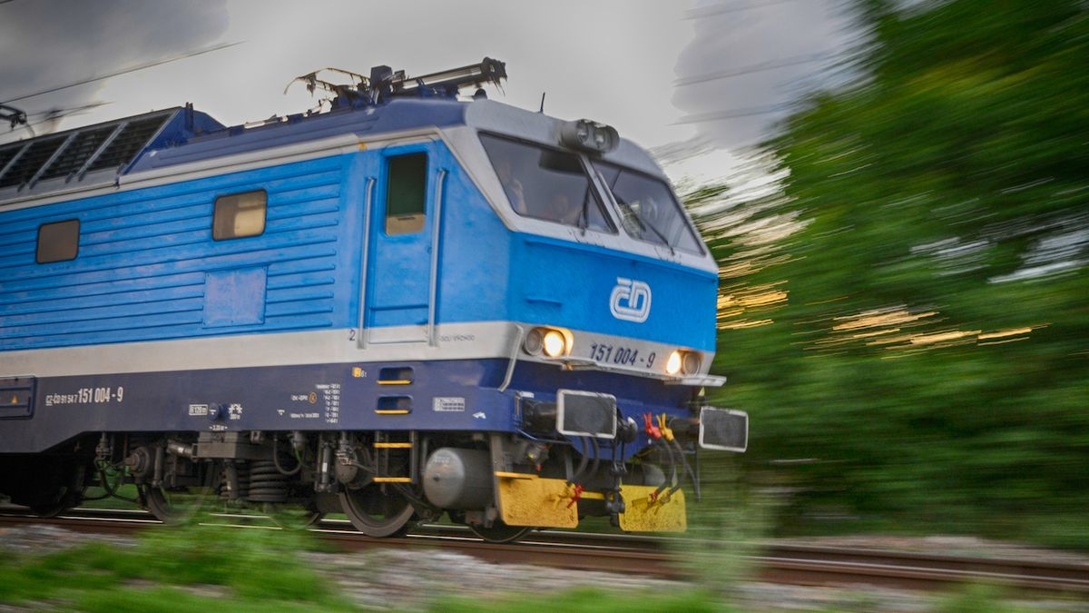 Vlaky na koridoru nabírají až hodinu zpoždění. Musí objíždět vykolejený stroj
