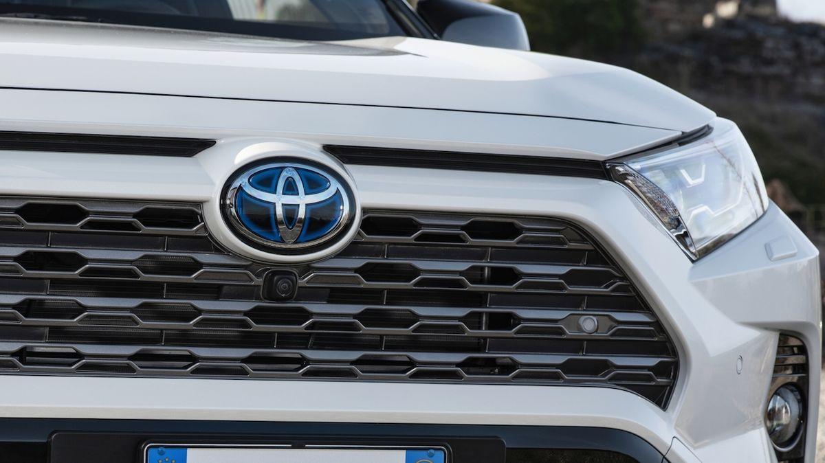 Toyota utlumí výrobu o 40 % kvůli nedostatku čipů. Problémy pokračují i u jiných gigantů