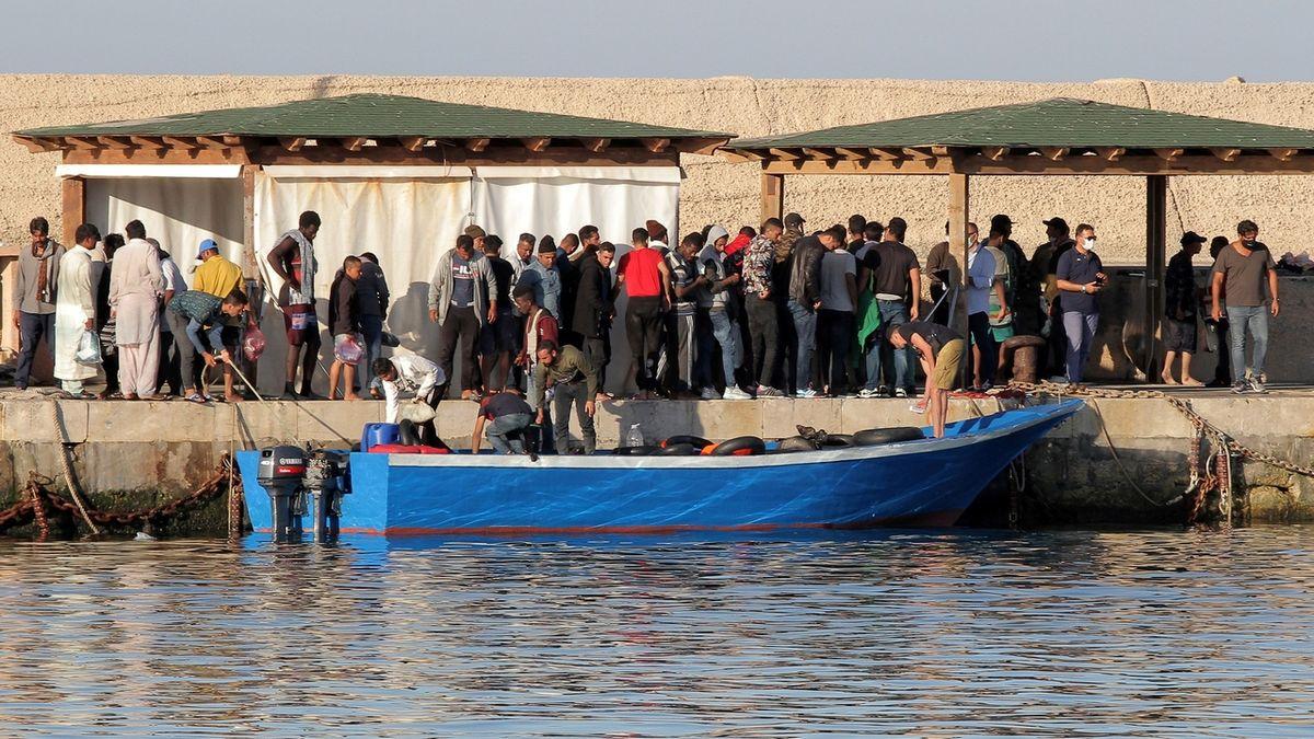 Oteplilo se a na Lampedusu dorazilo za den 400 migrantů