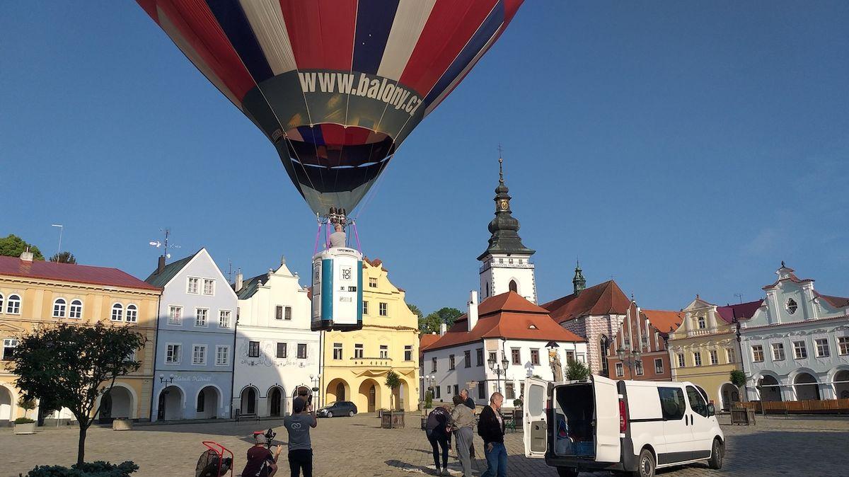 V Pelhřimově vzlétl balón s WC místo koše