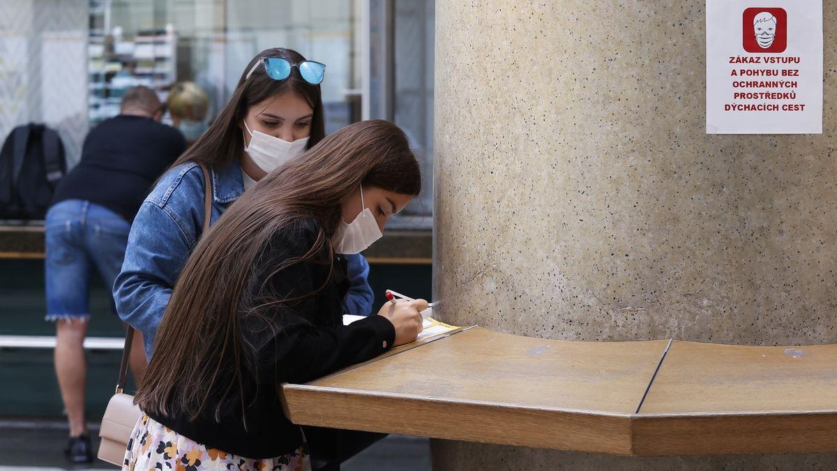 Úřady během pandemie. Kratší úřední hodiny, prodloužené řidičáky a psaní datovou schránkou zdarma