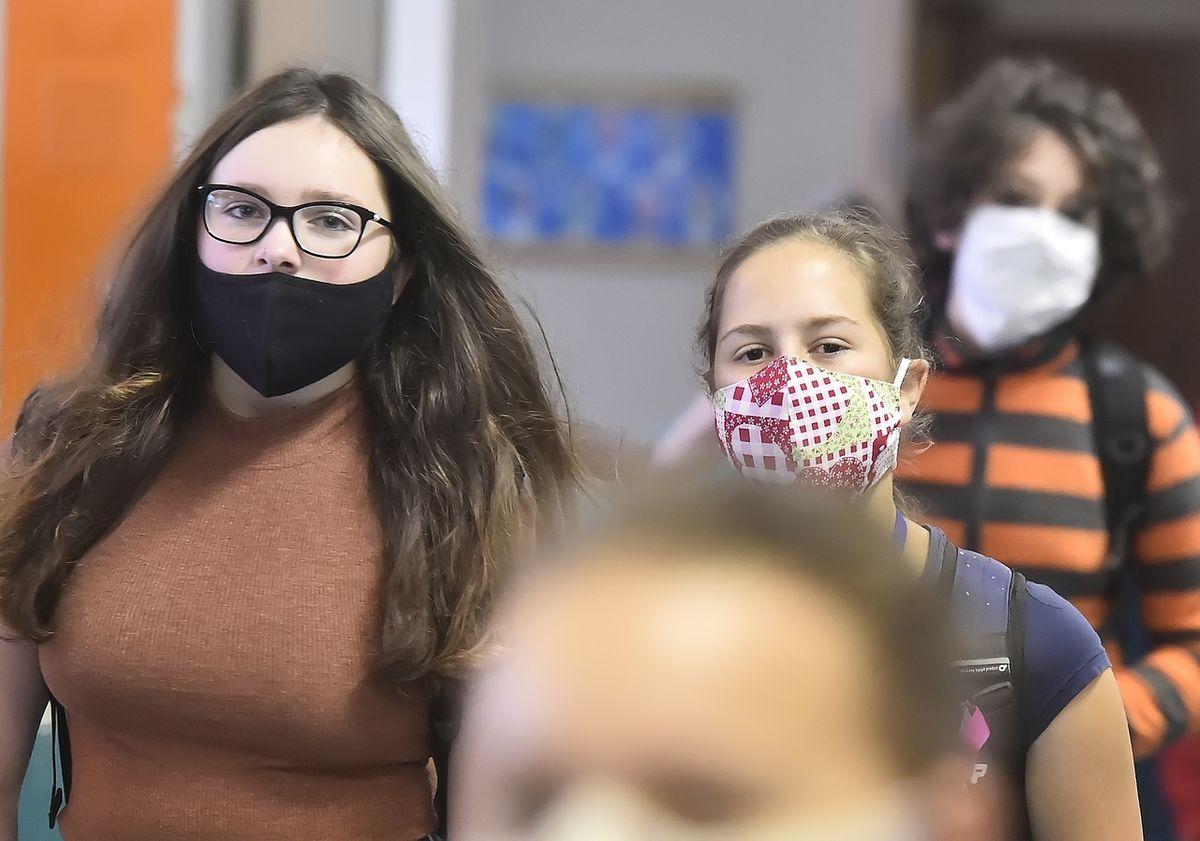 V Praze by mohly být povinné roušky i při vyučování