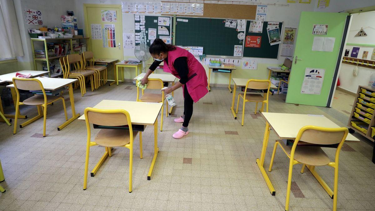 Sestřičky budou místo práce hlídat děti, zní z nemocnic k plánovanému zavření škol
